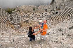 Oseniu 2019 my puteshestvovali na mashine s godovalym rebenkom po Turtsii Odno iz simpatichnykh mest ruiny antichnogo goroda Termessos Riadom s nim mozhno posetit peshcheru Karain