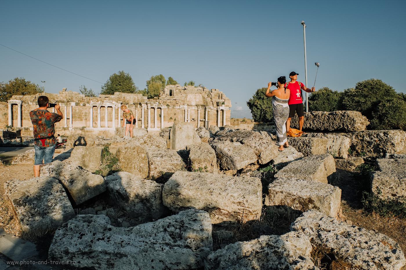 Фото 3. Туристы снимают селфи на фоне нимфея в Сиде. Отчет о самостоятельной экскурсии с ребенком в Старый город. 1/280, 8.0, 200, +0.33, 16.