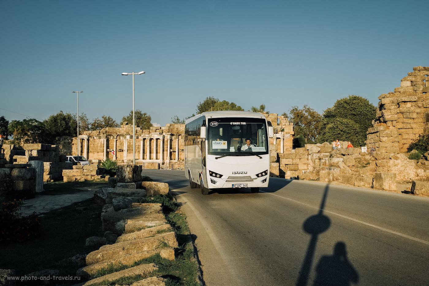Фото 6. Автобус едет по улице Liman Caddesi в Сиде. На заднем плане – нимфей и остатки городской стены. 1/340, 7.1, 200, +0.33, 25.
