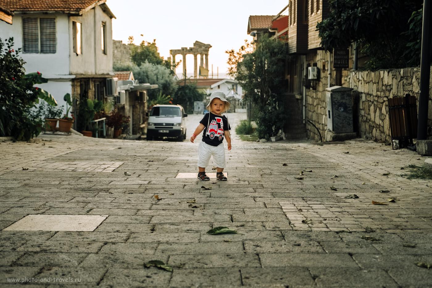 17. Портрет маленького туриста на фоне храма Аполлона в Сиде. 1/240, 2.8, 200, -0.67, 35.