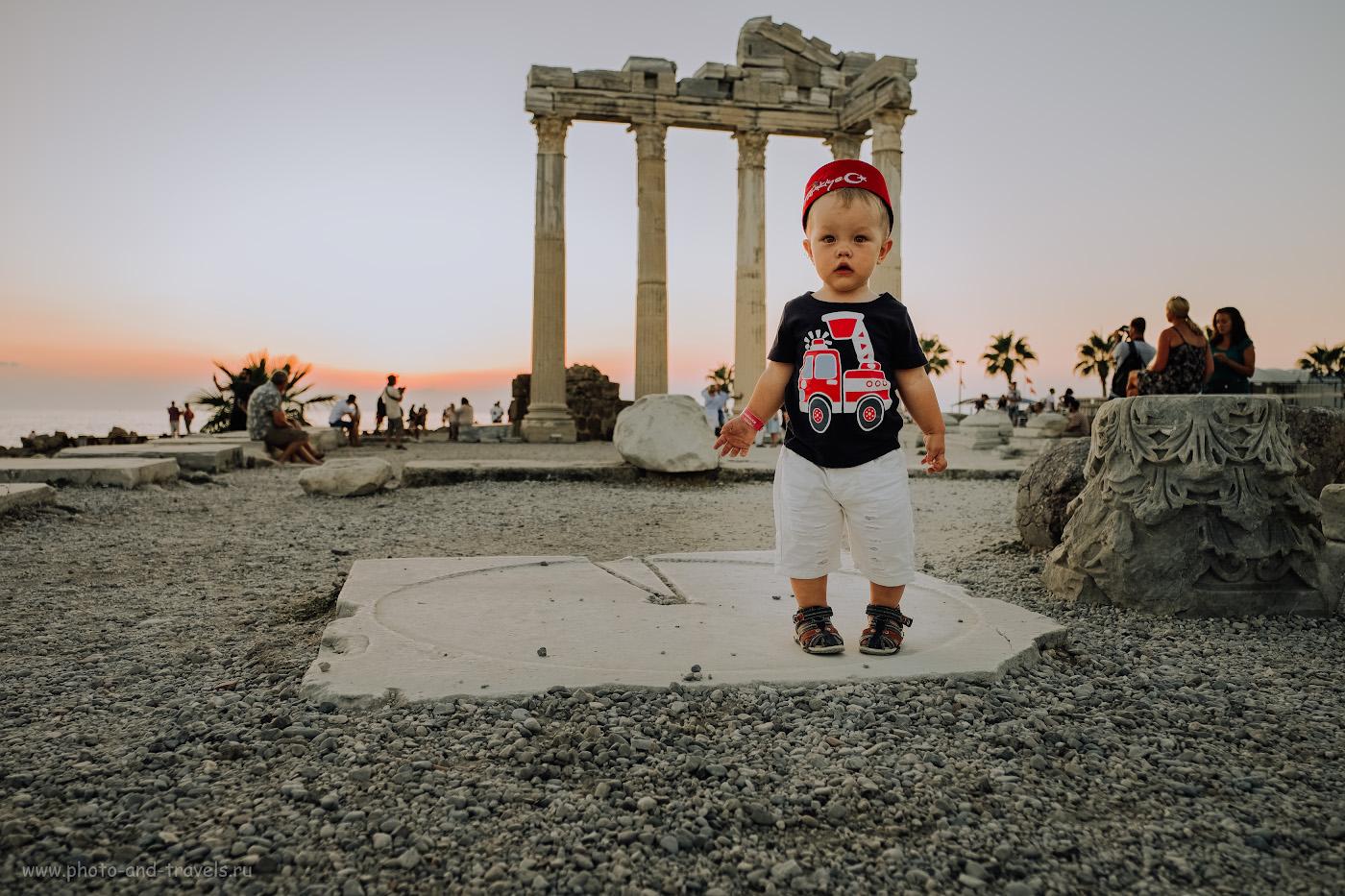Фото 1. Портрет маленького туриста на фоне колонн храма Аполлона в Сиде. Отзывы путешественников о поездке в Турцию с детьми. Настройки: В=1/160 сек., f/2.8, ISO 200, поправка экспозиции +1 EV, ФР=18 мм. Все фотографии в отчете сняты на Fujifilm X-T10 с объективом Fujinon 16-55mm f/2.8.