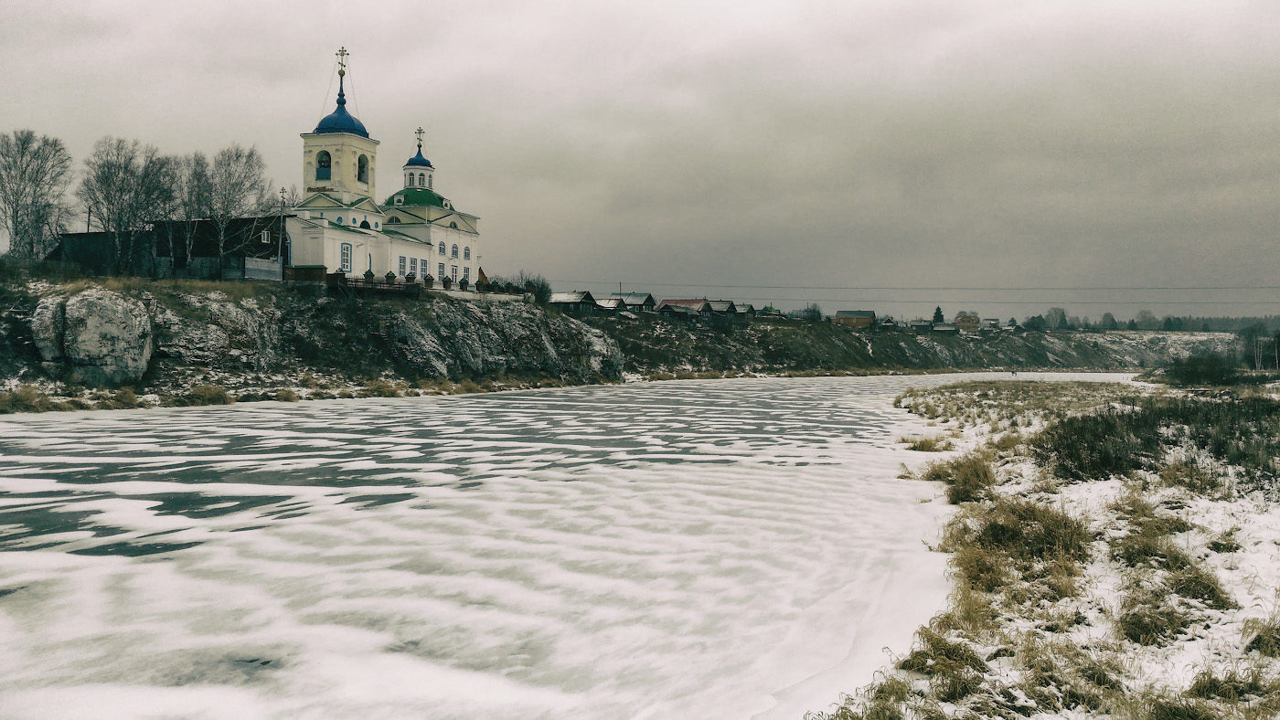 42. Георгиевская церковь в селе Слобода в декабре. Снято на смартфон.