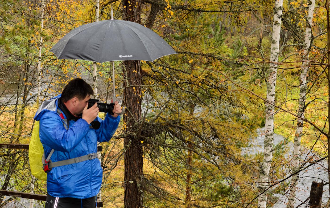 """12. Если вы собрались в поход в парк """"Оленьи ручьи"""" осенью, подберите подходящую погоде одежду и обувь. И зонт не помешает. 1/80, 5.6, 250, -1.0, 45."""