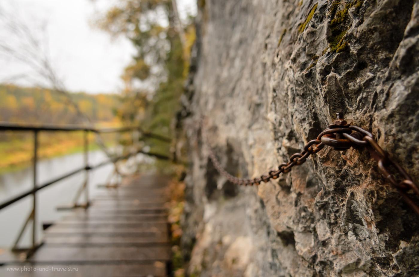 Снимок 16. Цепь у скалы... Почувствуй себя Прометеем... Походы выходного дня по интересным местам Свердловской области. 1/1000, 3.2, 640, -1, 17.