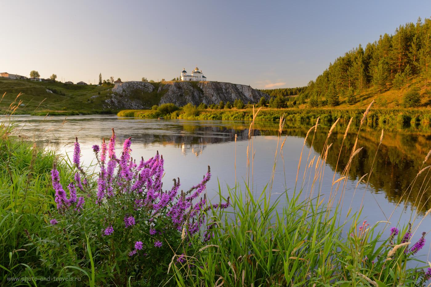 1. Вид на скалу Церковный камень в селе Арамашево со стороны моста через реку Реж. Куда поехать на автомобиле в Свердловской области, чтобы увидеть интересные природные достопримечательности? Снято на зеркалку Nikon D610 с объективом Nikon 24-70mm f/2.8G. Настройки: В=1/80 сек., поправка экспозиции -0,67EV, f/10.0, ISO 500, 24 мм.