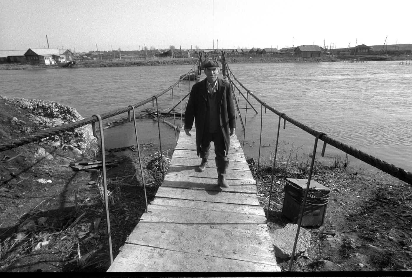 10. Подвесной мост в Слободе. Вид с правого берега со стороны Георгиевской церкви.