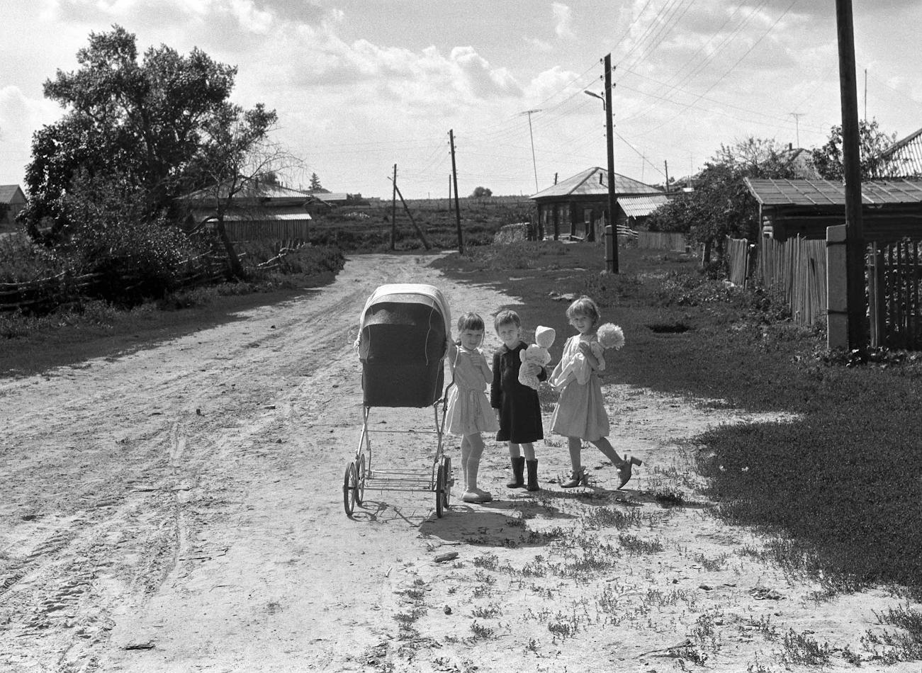 6. Юные жительницы Слободы. Старые фотографии села.