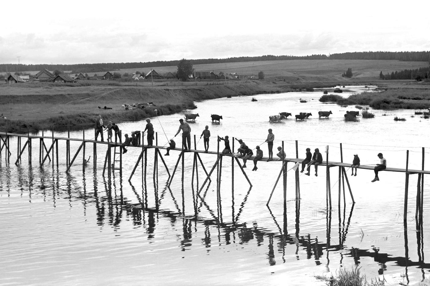 9. Перекидной мост через реку Чусовая в селе Коуровская слобода. Вид вверх по течению в сторону турбазы «Коуровская».