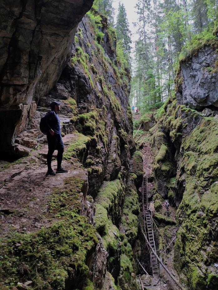 39. Турист на платформе Большого карстового провала, который располагается в 600 метрах от пещеры Дружба на маршруте «Большой экскурсионный маршрут».