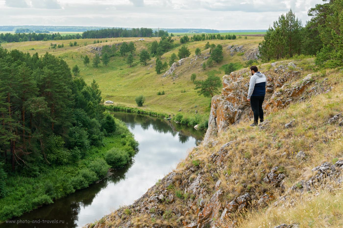 Фотография 4. Турист на скале Мантуров камень. Вид вверх по течению. 1/320, 7.1, 160, -0.3, 37.