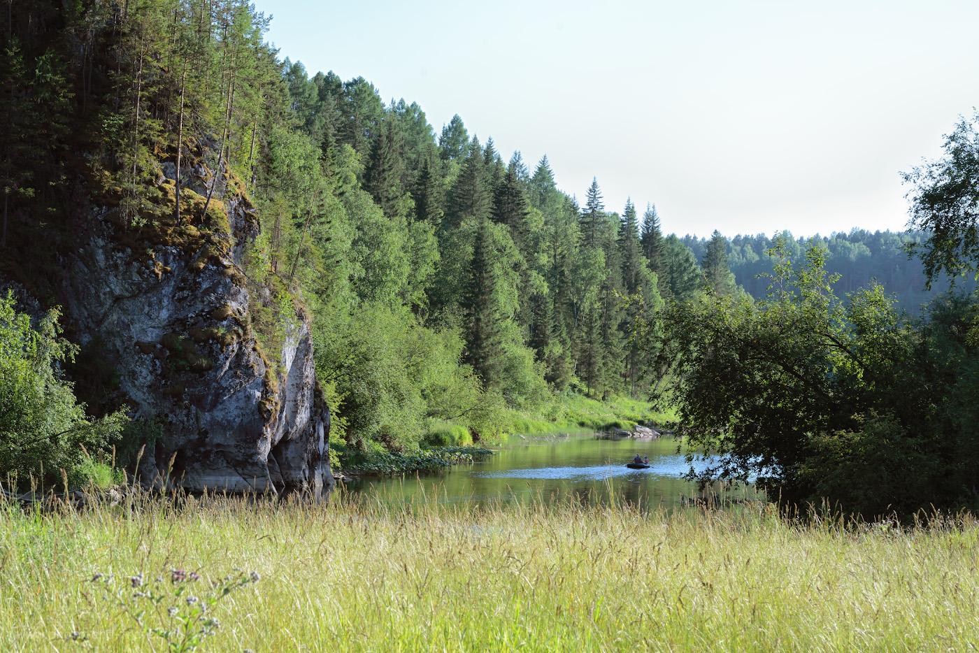 Фото 15. Сплав по реке Серга на плоту. Слева – «большая» скала, пещера Аракаевская находится где-то там, за поворотом. 1/200, 10.0, 450, -0.67, 90.