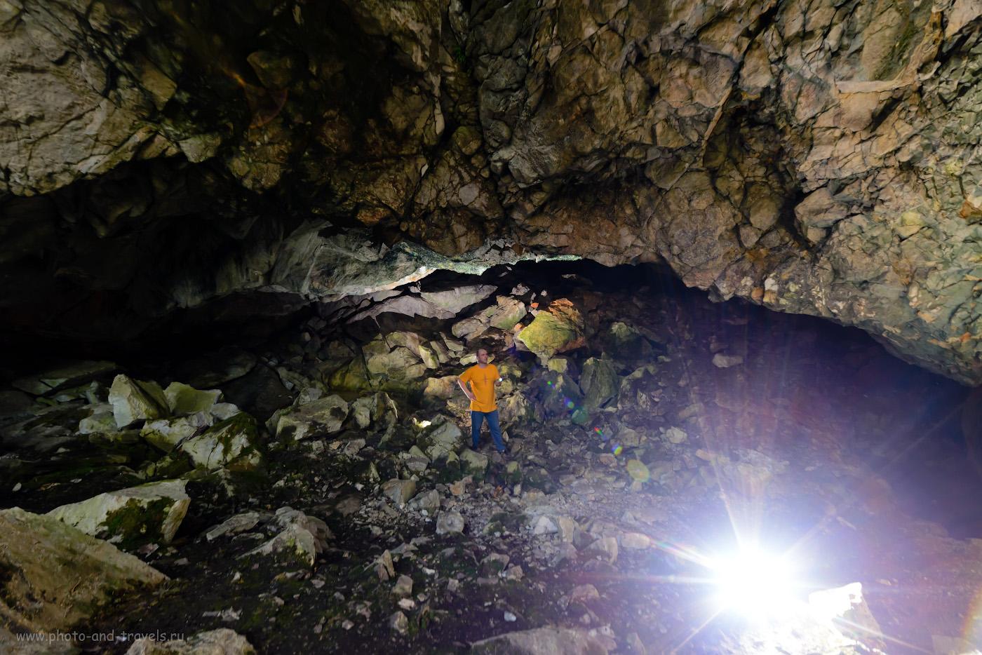 Фото 1. Начинающий фотограф и путешественник в гроте Большой Аракаевской пещеры. Её найти оказалось проще всего. Настройки: В=1/40 сек, f/5.6, ISO 1250, поправка экспозиции -1EV, ФР=14 мм.