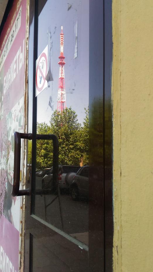 11. Отражение башни в двери заброшенного здания. Уроки фотографии для новичков.