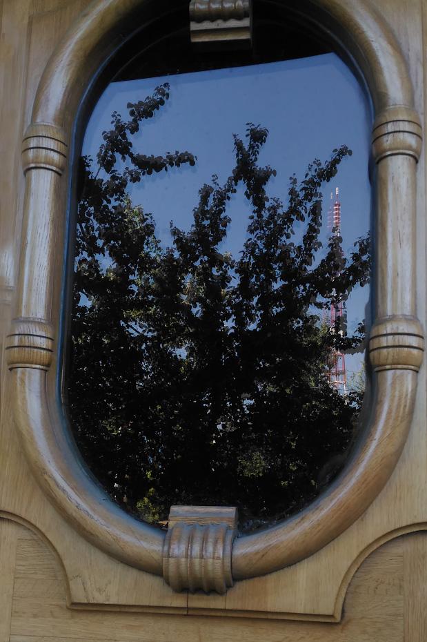 14. Отражение в окне двери и естественная рамка.