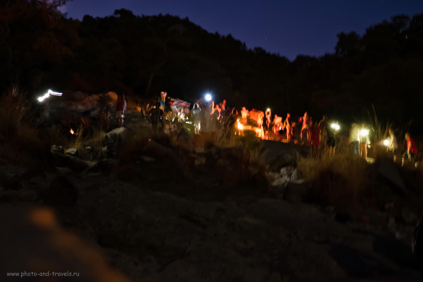Фотография 3. Толпа туристов на горе Химера (Mount Chimaera, Yanartaş). Стоило ли ради этого подниматься? Отзывы об экскурсии самостоятельно. 1.8 сек., f/2.8, 3200, +1.33, 27.