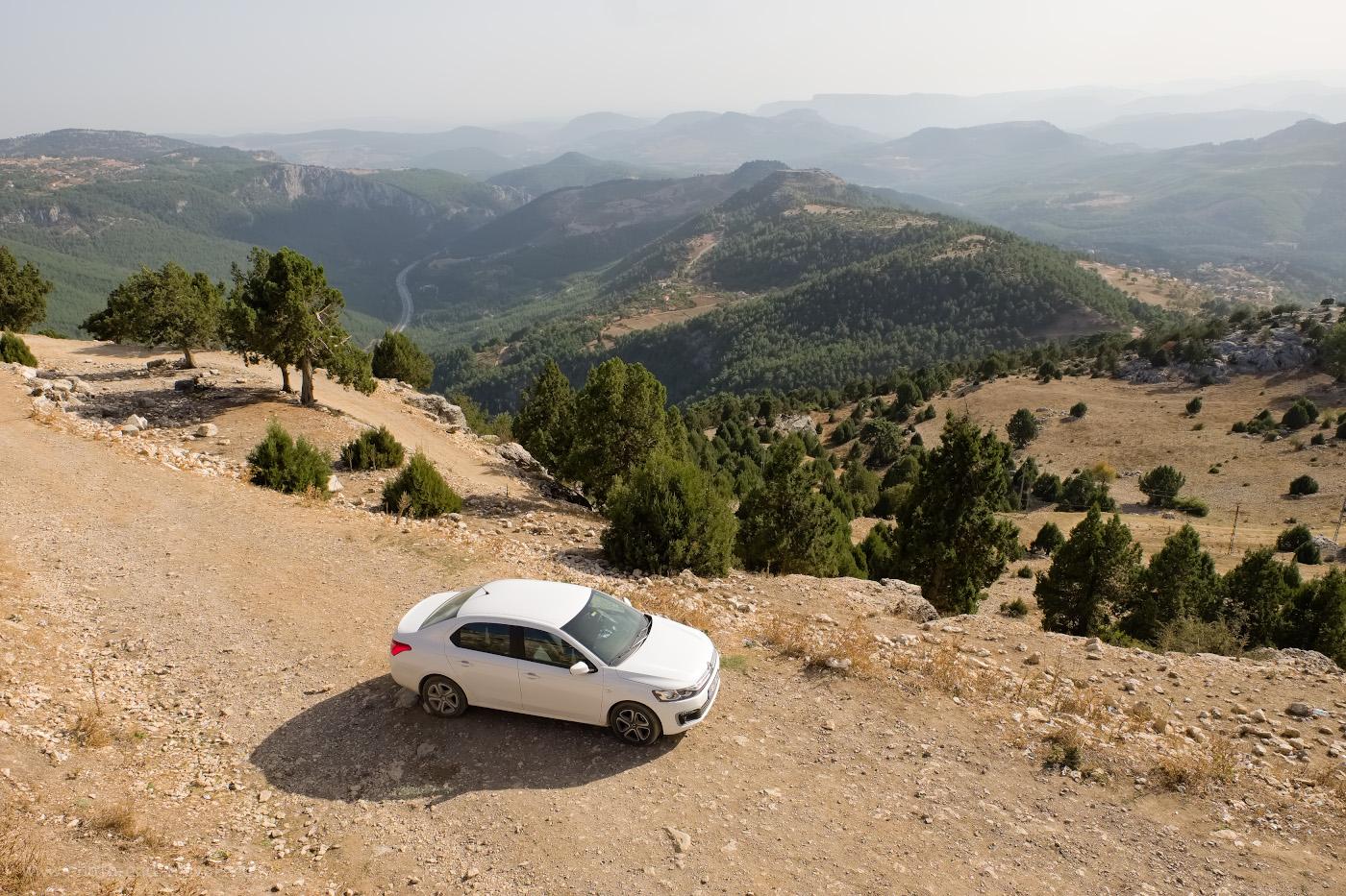 2. Эту машину мы взяли напрокат для путешествия вдоль восточной части Средиземноморского побережья Турции из Чиралы в Сиде, Анамур и Кызкалеси. Настройки фото: В=1/350 сек., f/8.0, ISO 200, поправка экспозиции -0.67EV, ФР=16 мм.