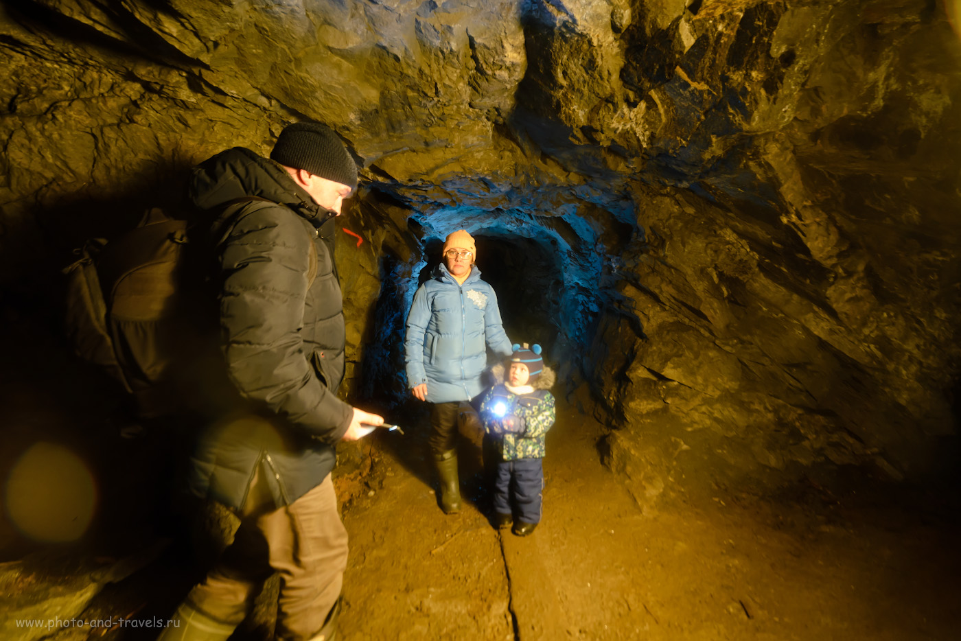 14. За спиной у автора фотоотчета был рюкзак Lowepro Flipside 400 AW. Как мы фотографировали семейный портрет в шахте. 1/30, 2.8, 1600, +0.33, 14.