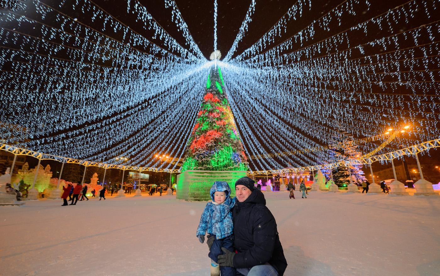 2. Самостоятельная фотосессия у новогодней ёлки в Нижнем Тагиле. Снято на Nikon D610 + Samyang 14mm f/2.8. Освещение – от вспышки Yongnuo YN-685N с белым зонтом на просвет, управляемой трансмиттером YN-622N-TX. 1/60, 2.8, 640, +0.33, 14.