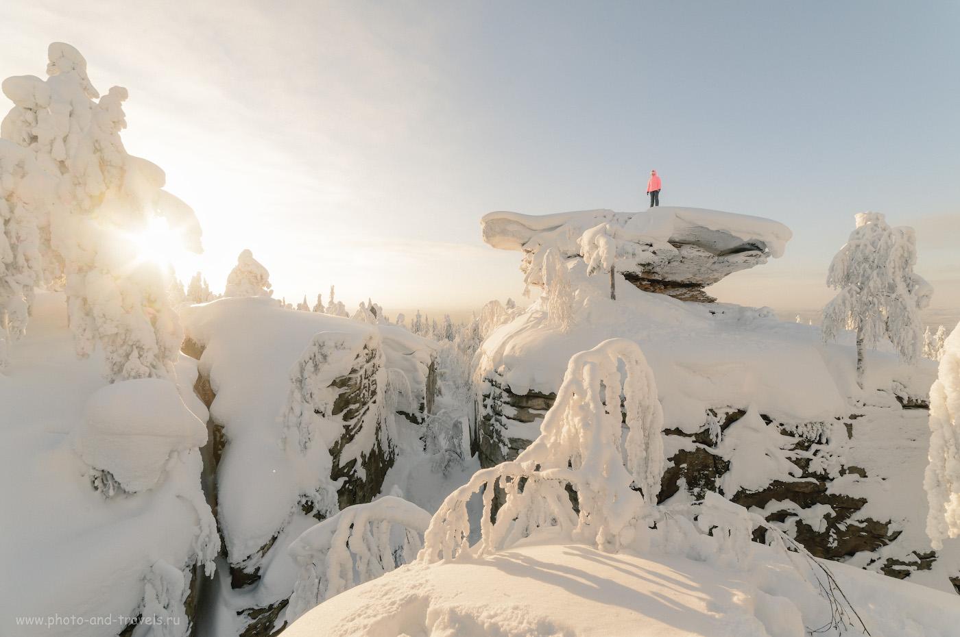 27. Туристка на вершине одного из «домов» в Каменном городе. Как и гора Крестовая, эти скалы находятся на вершине хребта Рудянский спой. 1/250, 14.0, 320, +0.67, 14.