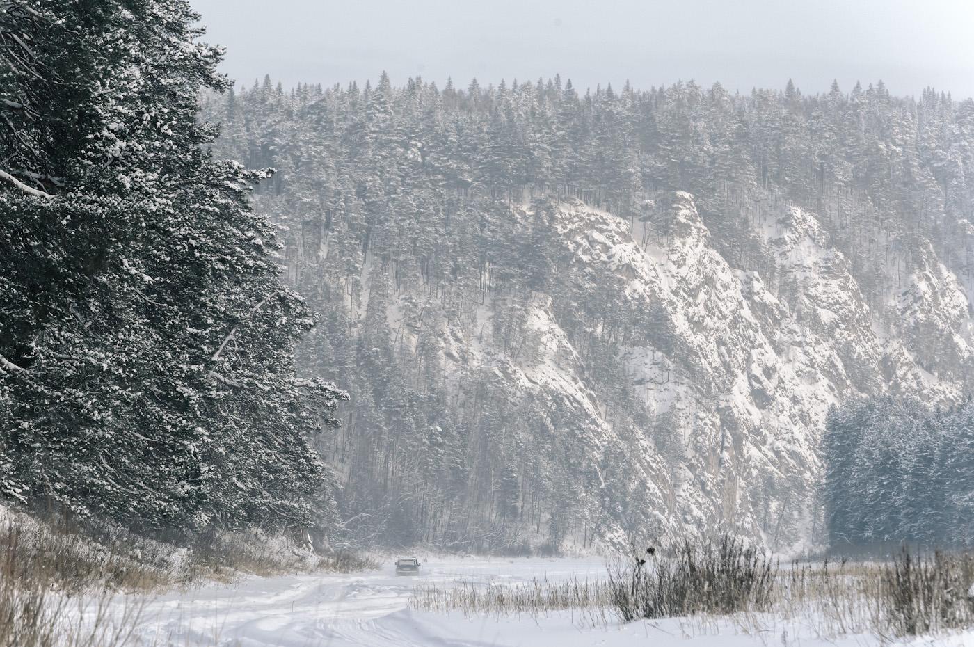 Фотография 24. Вид на западную часть камня Великан. По ледяному руслу реки Чусовая беспрерывно снуют автомобили. Интересный поход выходного дня в Пермском крае. 1/500, 8.0, 900, +1.0, 220.