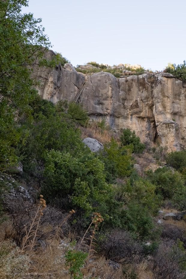 Фото 11. Вид с полки в ущелье на лестницу. Отзывы о посещении необычных мест во время путешествия по Турции на автомобиле.