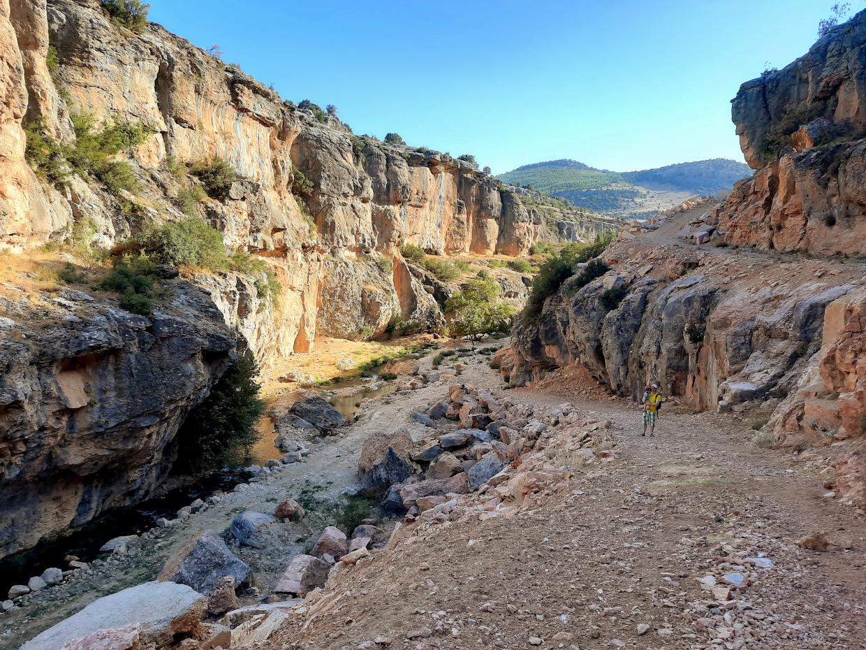 Фотография 8. У мраморного карьера туристы могут спуститься на дно каньона Сасон и пройти ущелье снизу.