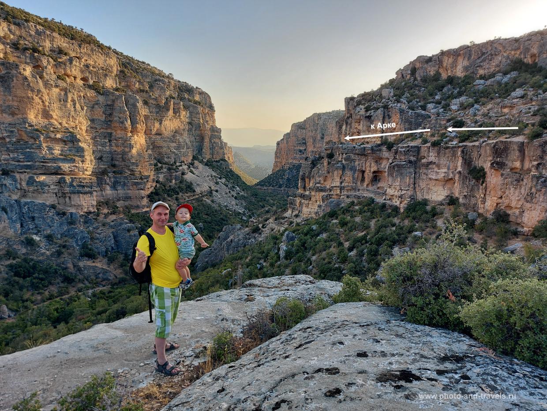 21. На этом фото белой стрелкой обозначена тропа к Арке в каньоне Сасон (Mut Sason Kanyonu).