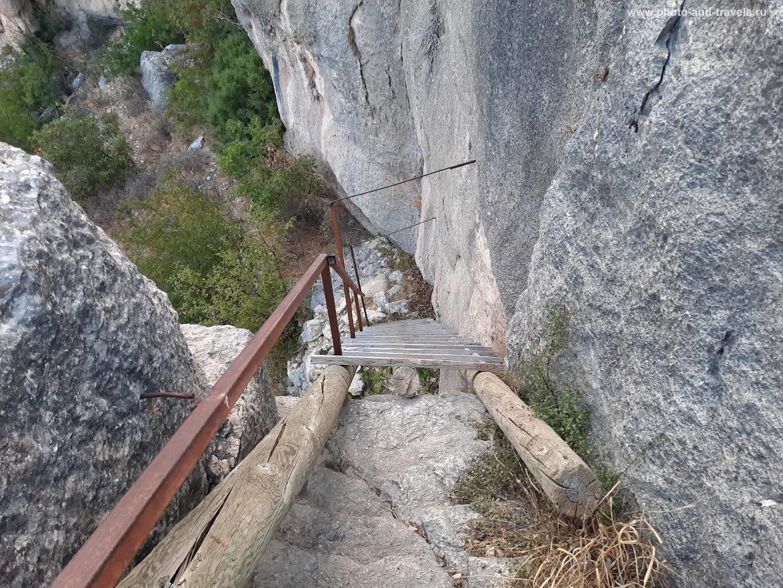 19. Лестница на дно каньона Сасон, что расположена рядом с началом тропы к Арке.