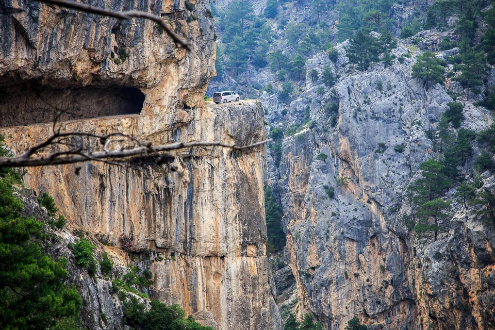 Фото 12. Такие красоты ждут смельчаков, отважившихся проехать по «Дороге страха» в каньоне Чакыт (Çakıt Vadisi) в провинции Мерсин в Турции.