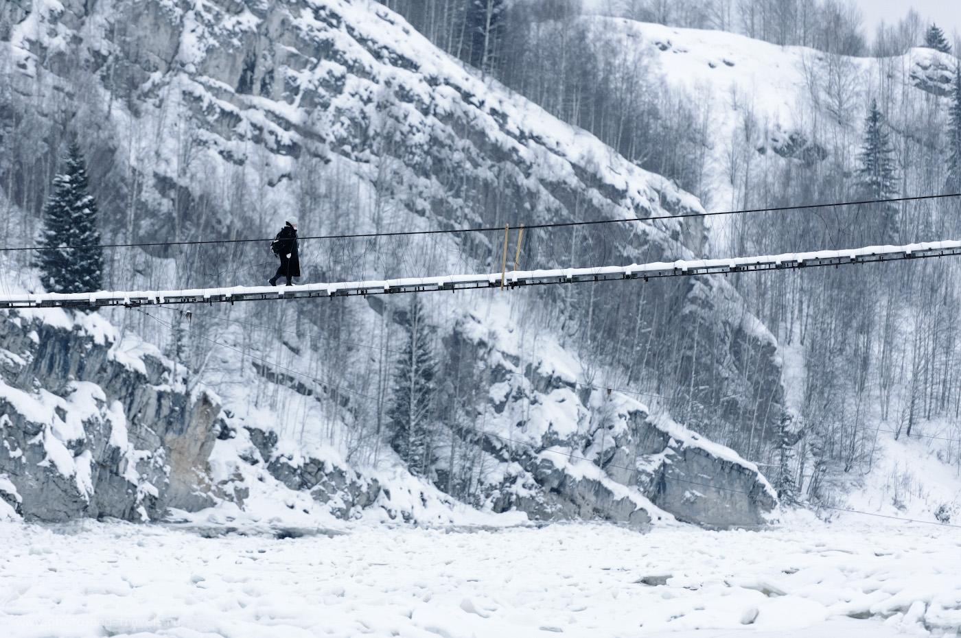 Фотография 4. Подвесной мост через Косьву около горы Ладейная в Губахе. Интересные места Пермского края, куда можно съездить на выходные. 1/400, 2.8, 1000, +1.33, 200.