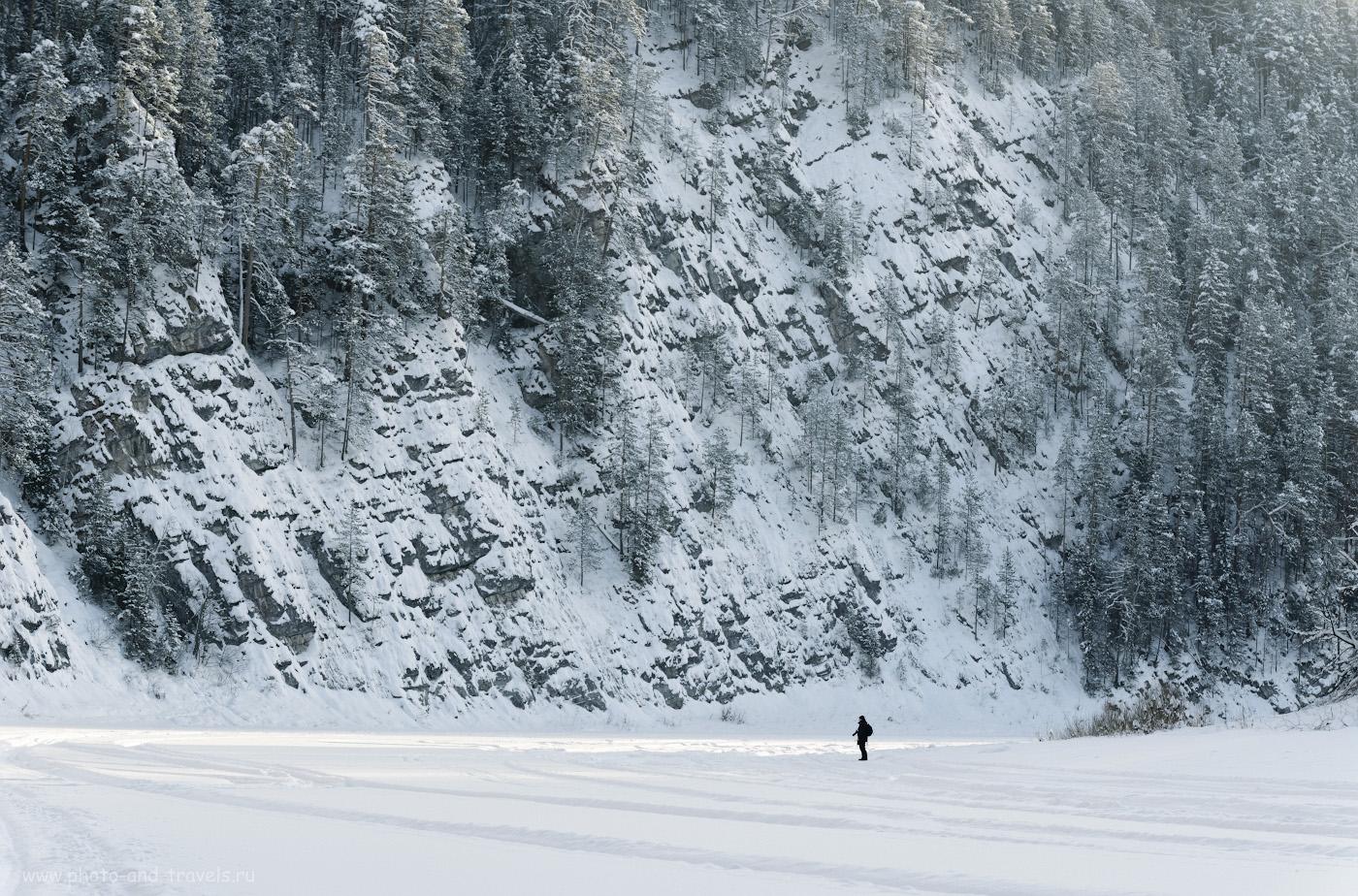 Фото 18. Одинокий фотограф на льду Чусовой у камня Великан. Интересные места для походов выходного дня в Пермском крае. 1/250, 5.6, 125, +0.67, 100.