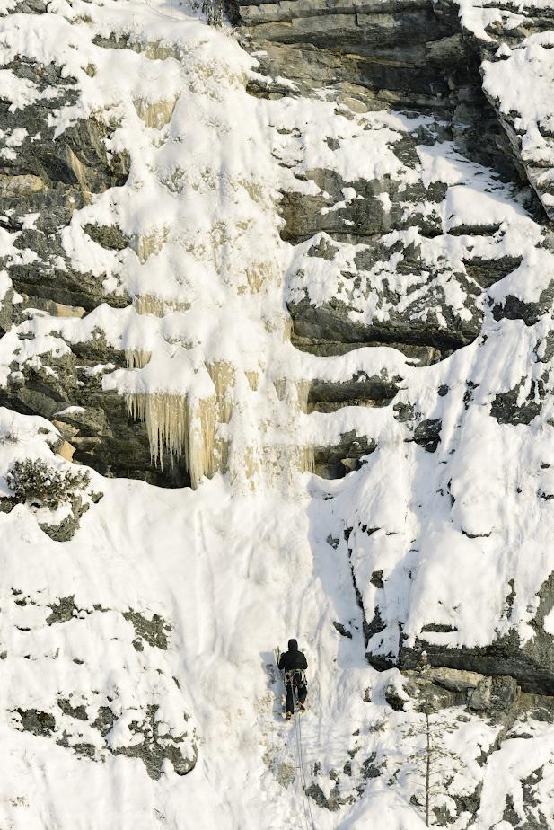 Фотография 16. Скалолаз на водопаде камня Великан. Интересные места для похода выходного дня в Пермском крае. 1/640, 5.6, 160, +0.67, 190.
