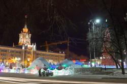 Kak ubrat' ljudej pered pamjatnikom. Foto ledovogo gorodka v Ekaterinburge