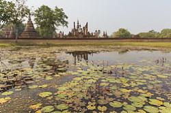 V piatistakh kilometrakh severnee Bangkoka raspolozhen istoricheskii park Sukotai Sukhothai Historical Park Vtoroe mesto posle peshchery Praiia Nakkhon kuda vy prosto obiazany sieezdit esli priekhali na otdykh v Tailand