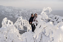 Eshche odin izvestnyj nacional'nyj park YUzhnogo Urala - Taganaj. Opisanie i fotografii s odnodnevnogo pohoda zimoj k gore Dvuglavaya sopka, snimki zakata so smotrovoj ploshchadki u CHernoj skaly.