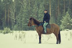 Konnaja progulka po lesu v sele Verhnjaja Sysert'.