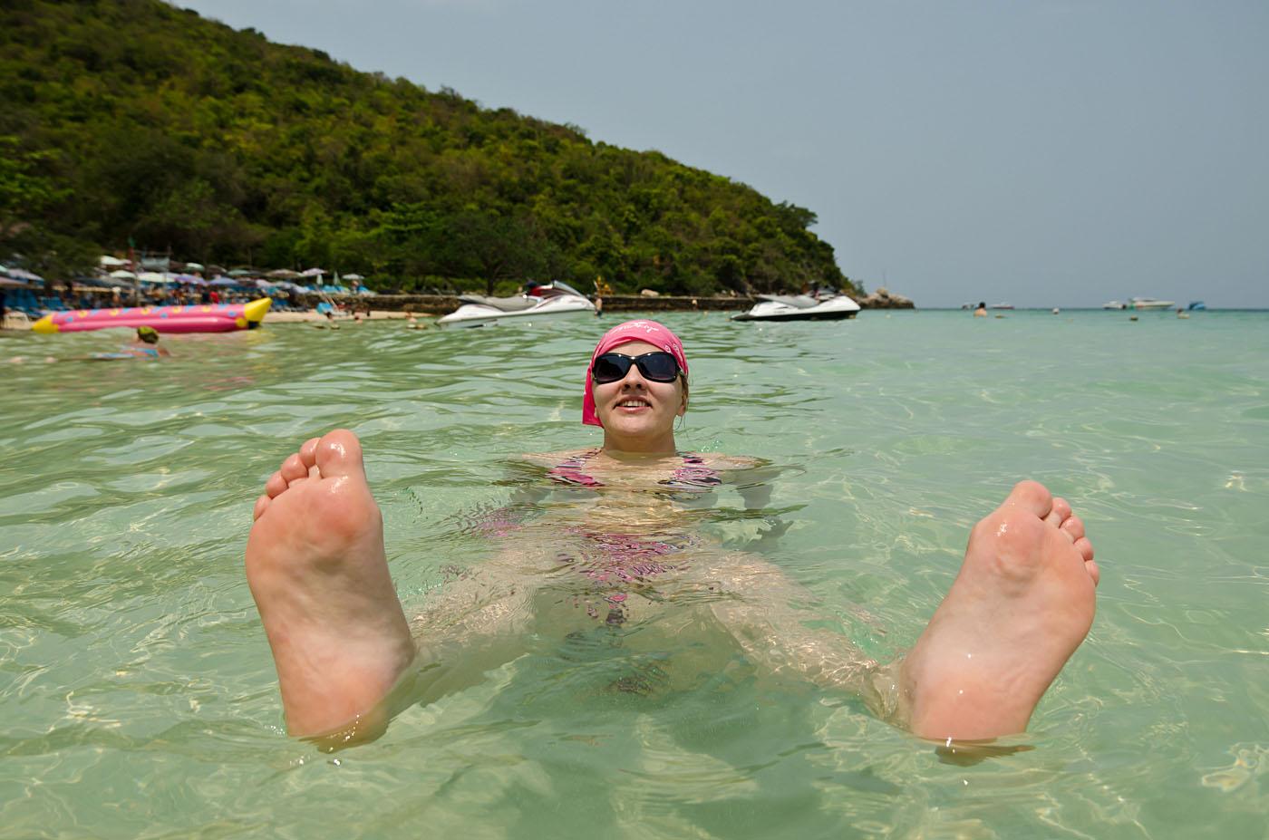 12. Отдых на пляже Таваен (Tawaen beach) на острове Ко Лан в окрестнотсях Паттайи. Отдых в Таиланде. Отзывы туристов. Портрет, снятый на ширик Samyang 14/2.8. Фотоаппарат Nikon D5100 body. Настройки фотокамеры: 1/1600 сек, 0 eV, А, диафрагма f/4.5, фокусное расстояние 14 мм, ИСО 100