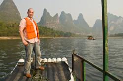 Kogda my poehali splavljat'sja po reke Li na bambukovyh plotah v Kitae v 2011 godu, my tozhe priveli v vostorg vseh kitajskih passazhirov, pokazav im nadpis' pro kitajsko-rossijskuju druzhbu