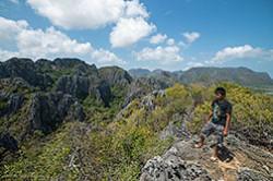 Vo vremia puteshestviia po Tailandu za rulem v fevrale 2015 my posetili natsionalnyi park Sam Roi Iot gde v tom chisle zabralis na smotrovuiu ploshchadku Kkhao Daeng Viu Point Tam zhe chut ne podralis so staei obezian.