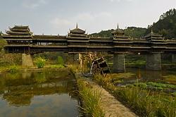 Starinnaya derevnya Ma`an slavitsya na ves Kitaj svoimi mostami Vetra i Dozhdya Smotrovaya ploshchadka CHajnye plantacii