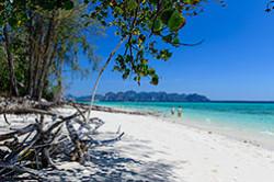 Otzyv o plyazhnom otdyhe v provincii Krabi (Krabi), v kotrom rasskazyvaetsya, kak dobrat'sya na ostrov Poda (Koh Poda). Lazurnoe more, belosnezhnyj pesok i shikarnye vidy na materik.