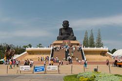 Samoe krasivoe mesto v Tailande s Buddoi peshchera Tkham Kkhao Luang Tham Khao Luang v provintsii Pkhetchaburi Phetchaburi Tam zhe ogromnyi CHernyi Monakh v khrame Wat Huay Mongkol