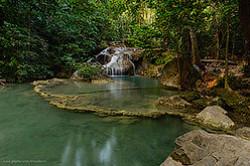 Natsionalnyi park Eravan Erawan National Park slavitsia svoim semiurovnevym vodopadom Siuda privoziat turistov kupivshikh ekskursiiu na reku Kvai Kwai river a my sieezdili na mashine za rulem.