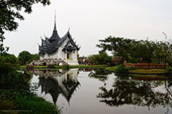 Nachalo rasskaza o poseshchenii parka Muang Boran Muang Boran na okraine Bangkoka gde sobrany kopii istoricheskikh zdanii Tailanda Tam my vziali v arendu velosipedy i katalis po territorii