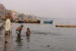 2. Vo vtoroj glave otcheta rasskazyvaetsja o pervyh vpechatlenijah ot poseshhenija ghatov na reke Gang, v tom chisle kremacionnyh.