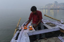 Nezabyvaemyi rassvet na reke Gang v Varanasi Podrobnoe opisanie istorii goroda Utrenniaia pudzha palomnikov Posmotrite na schastlivye litsa liudei kupaiushchikhsia v reke.