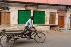 4. Fotografii s progulki po starinnym ulicam Varanasi. Rasskaz pro nelegkuju zhizn' velorikshi v Indii.