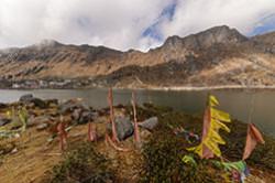 Otzyv ob jekskursii k vysokogornomu ozeru Tsomgo v indijskih Gimalajah na granice s Kitaem. Sjuda my priehali posle poezdki v dolinu Yumthang Valley. Ljubovalis' krasotami, fotografirovali jakov.