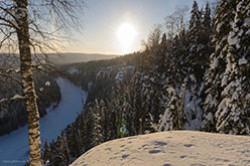 CHudo prirody Permskogo kraia Usvinskie stolby Pokhod k skalam na beregu reki Usva v Gremiachinskom raione Elovaia taiga zimoi.